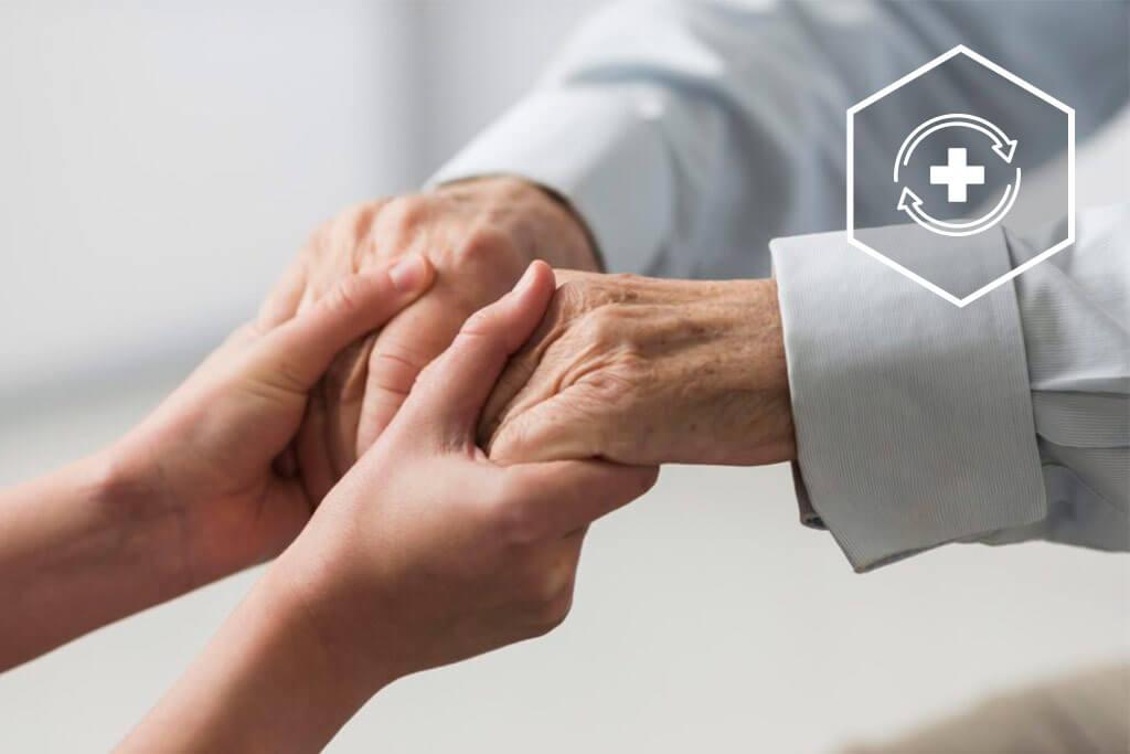 Hände eines Senioren werden gehalten